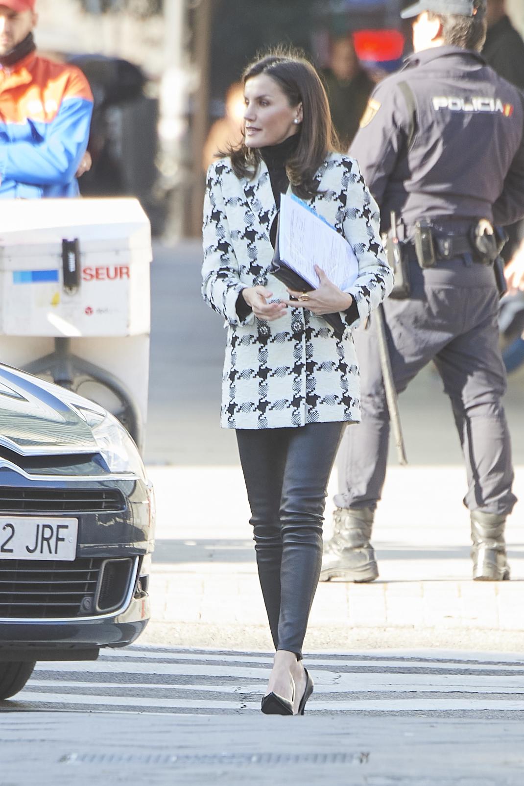 Η βασίλισσα Λετίθια με σακάκι και δερμάτινο παντελόνι
