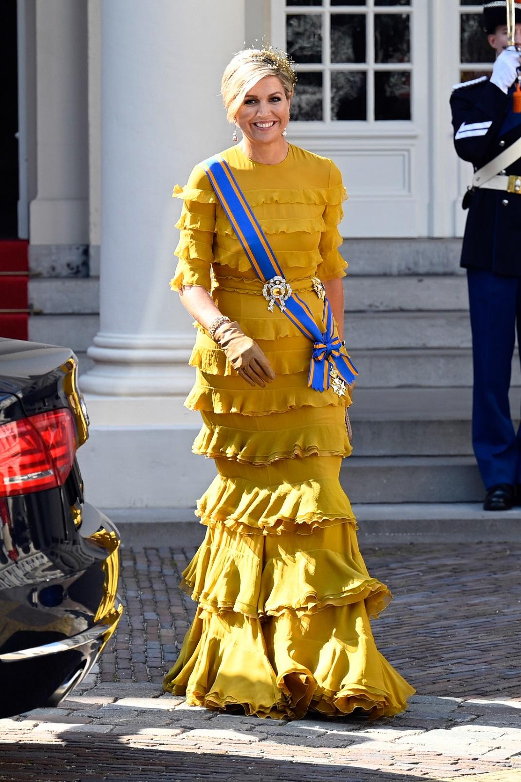 η βασίλισσα Μάξιμα με μουσταρδί τουαλέτα