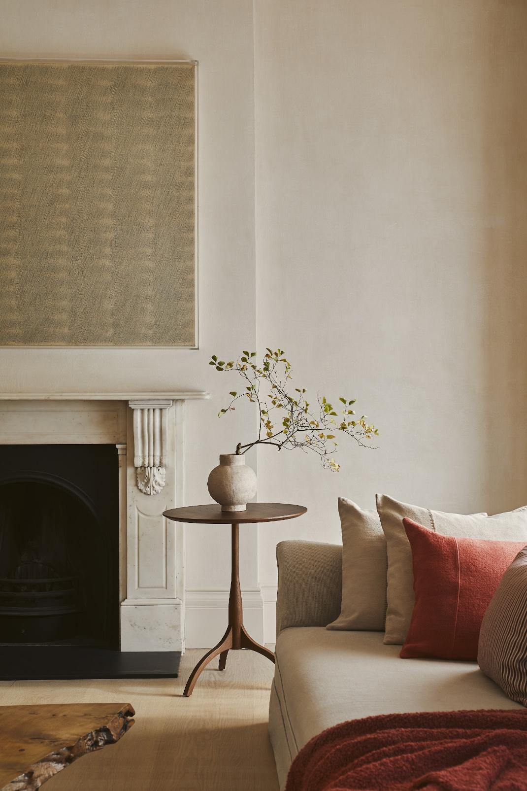Σαλόνι διαμερίσματος με βάζο Zara Home σε τραπέζι