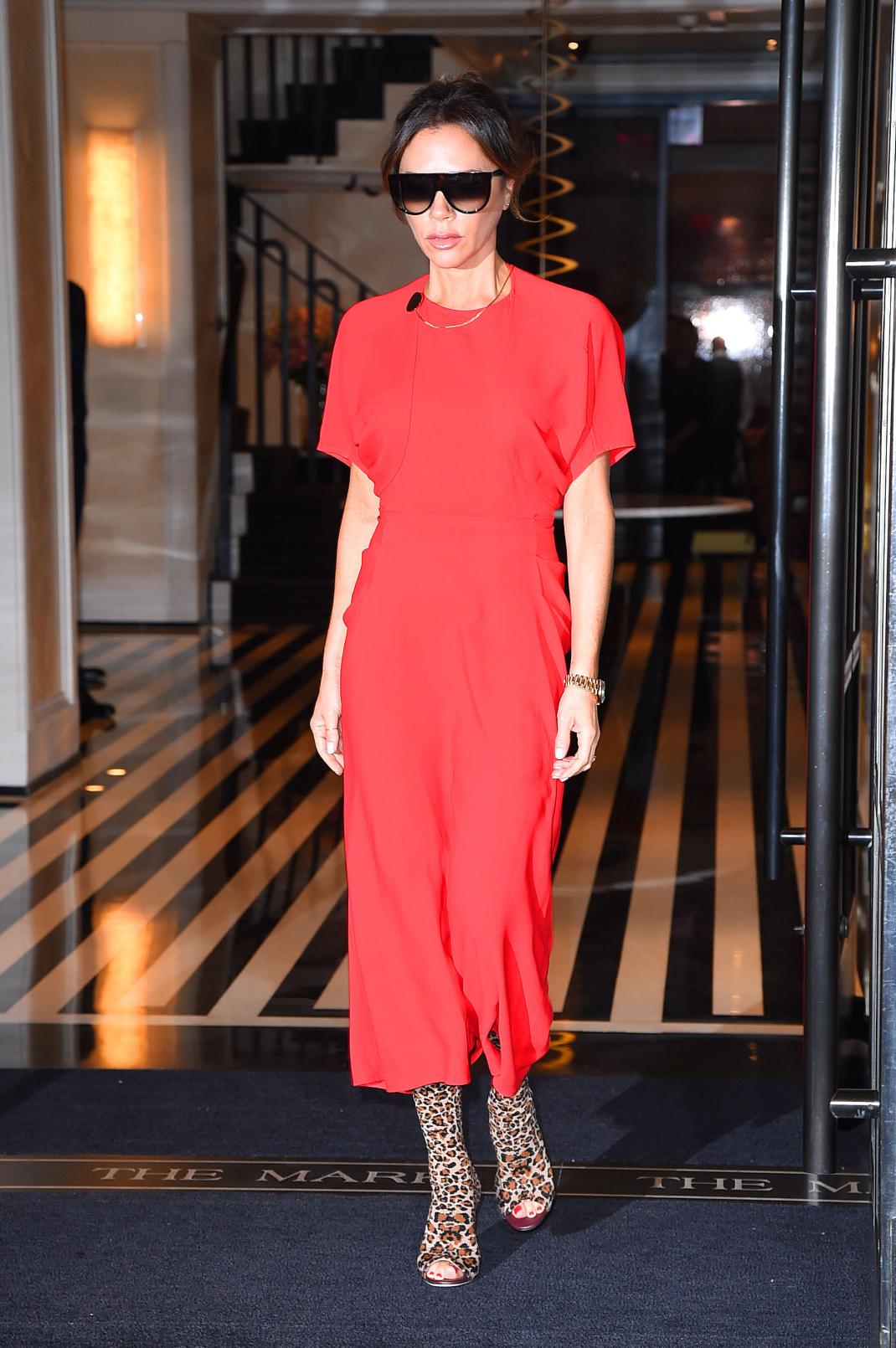 Η Victoria Beckham με κόκκινο φόρεμα και λεοπάρ μπότες