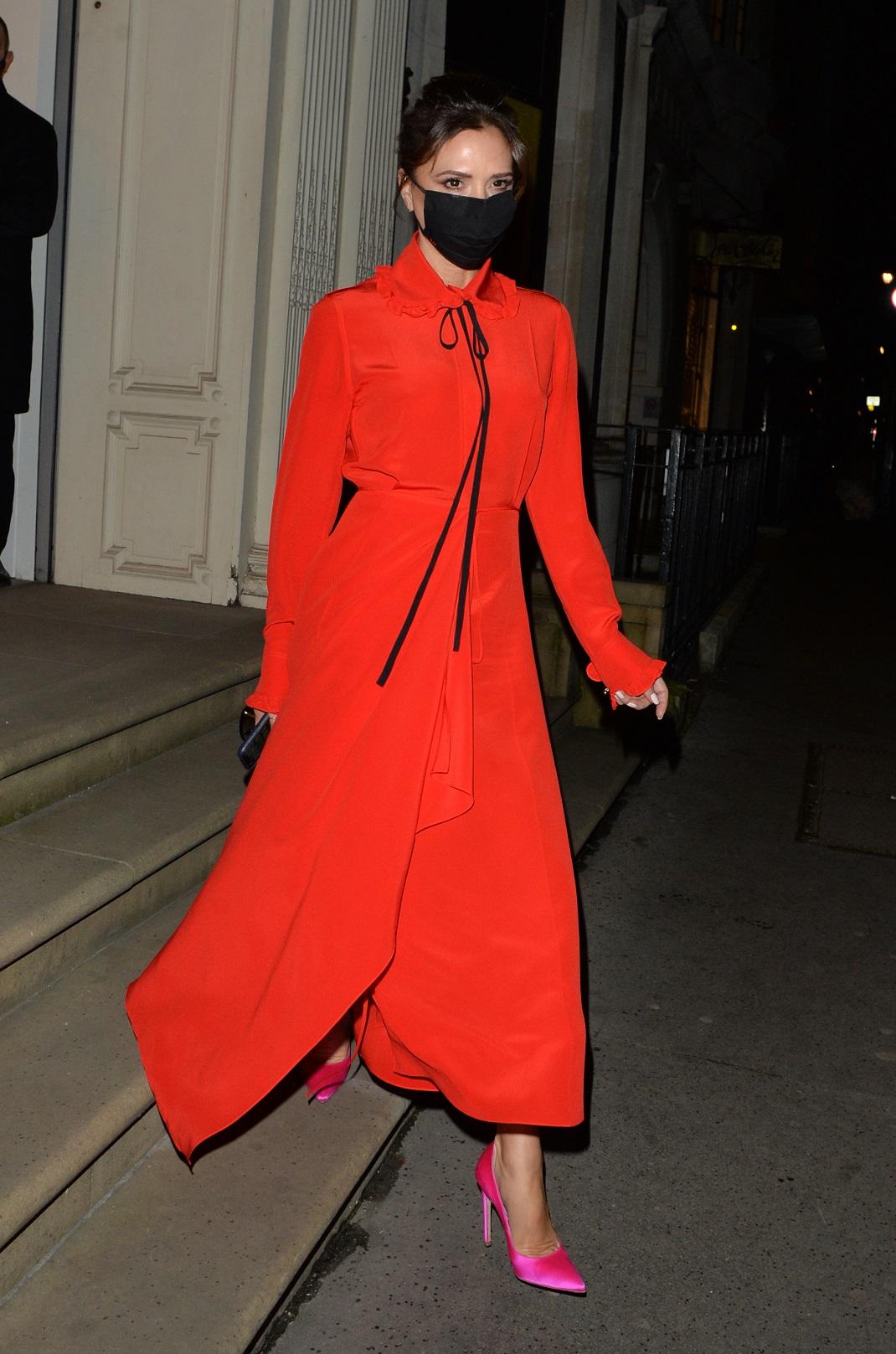Η Βικτόρια Μπέκαμ με κόκκινο φόρεμα και ροζ γόβες
