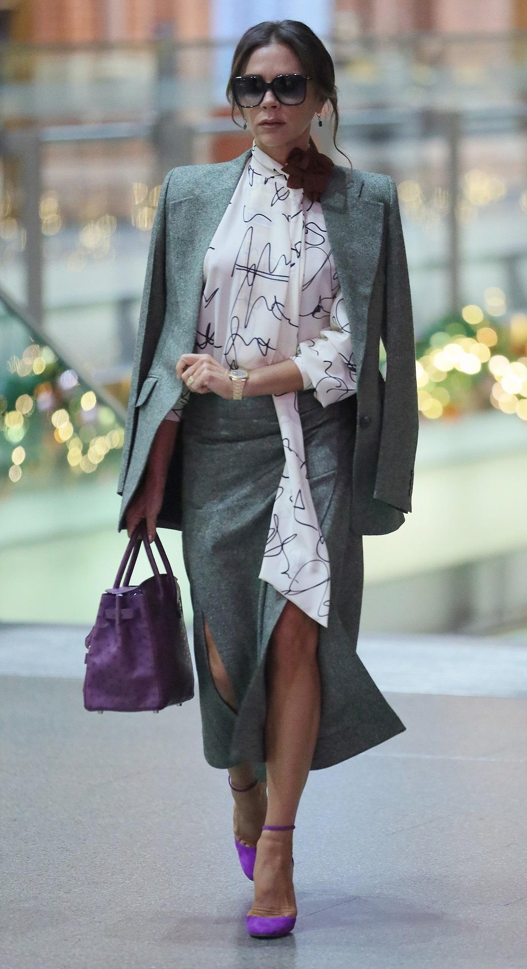 Η Βικτόρια Μπέκαμ περπατάει και φορά ταγέρ με φούστα