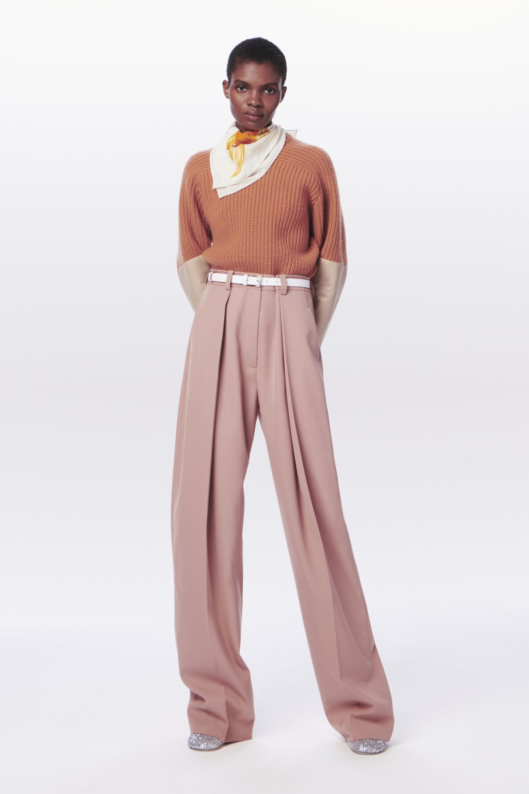 To χρώμα στα παντελόνια που αγαπάει η Βικτόρια Μπέκαμ για το φθινόπωρο