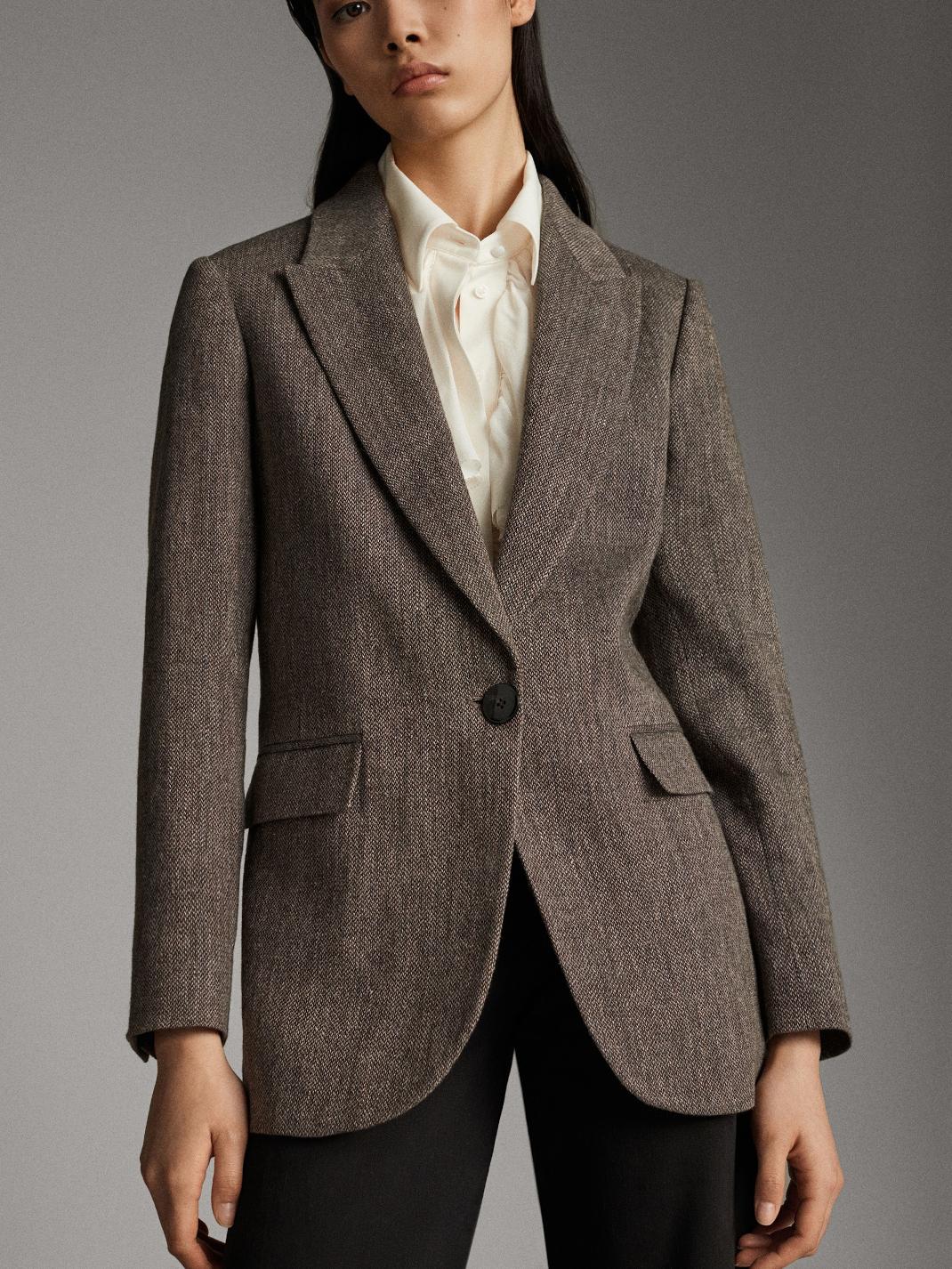 μοντέλο με σακάκι Massimo Dutti