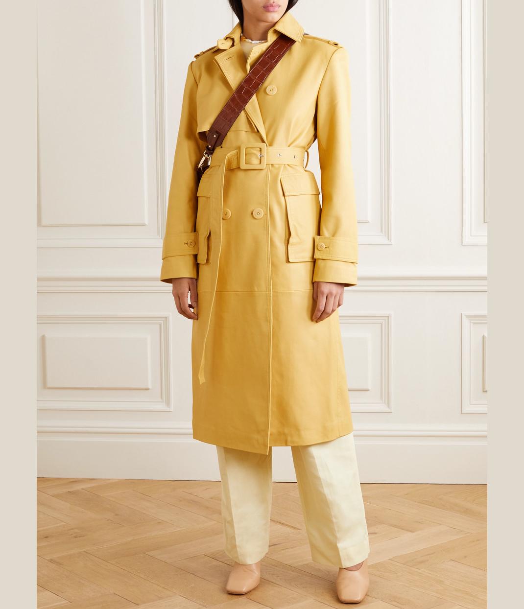 γυναίκα με κίτρινο παλτό Remain Birger Christensen