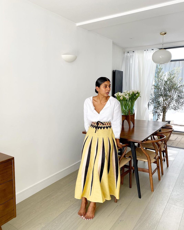 γυναίκα με φούστα
