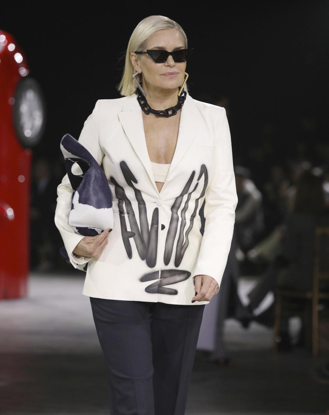 Yolanda Hadid στο show του Off White στην Εβδομάδα Μόδας του Παρισιού