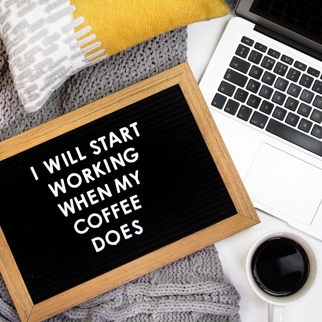 λάπτοπ με καφές και πίνακας