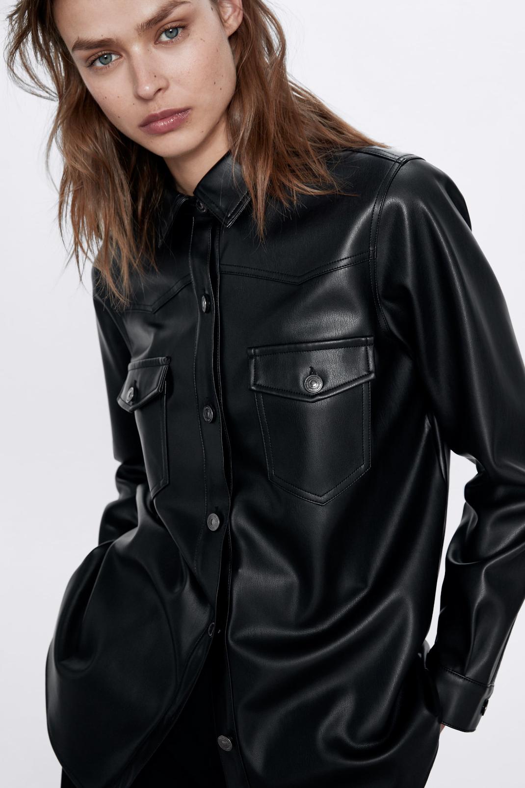 γυναίκα με μαύρη μπλούζα Zara