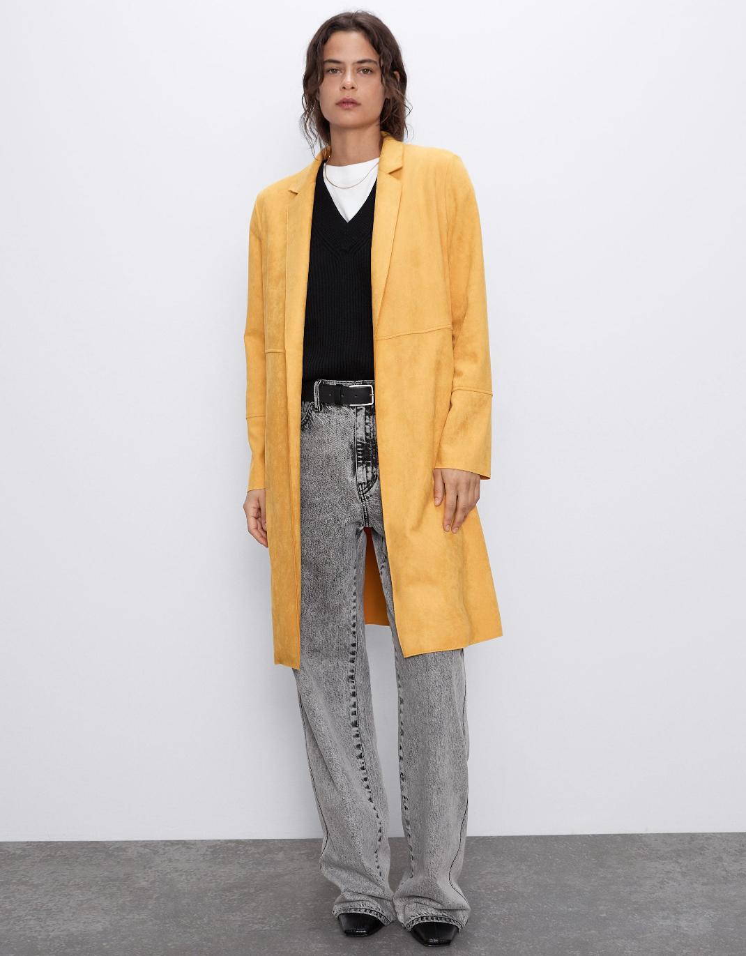 γυναίκα με κίτρινο παλτό Ζara