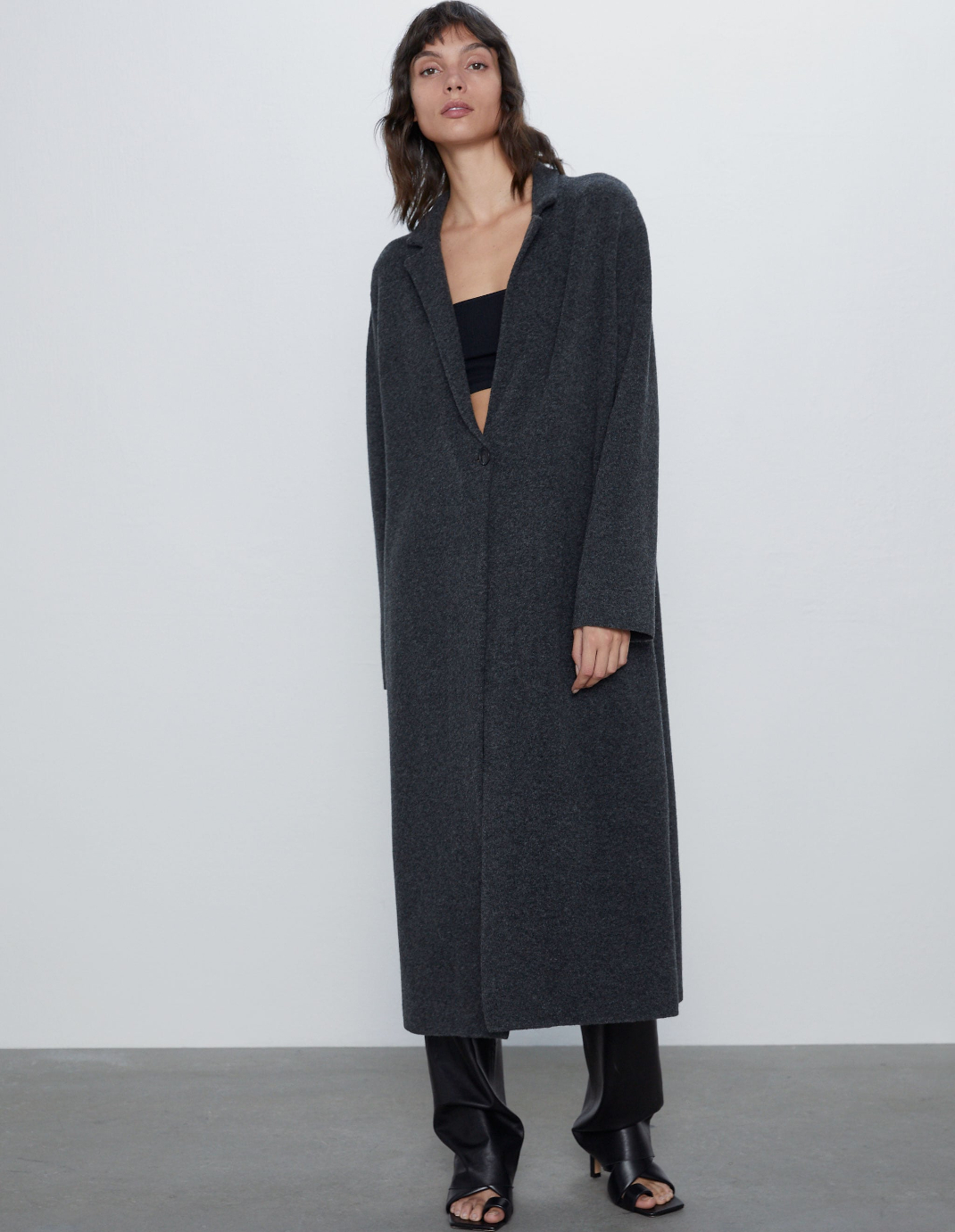 μοντέλο με παλτό Zara