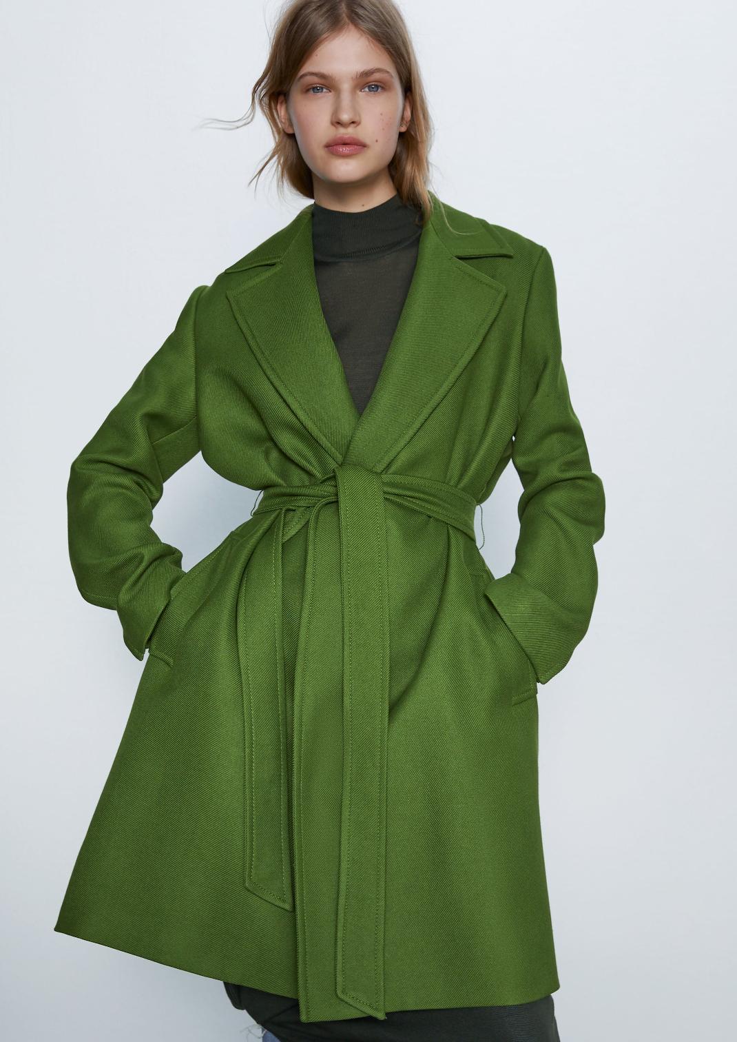 μοντέλο με πράσινο παλτό Zara