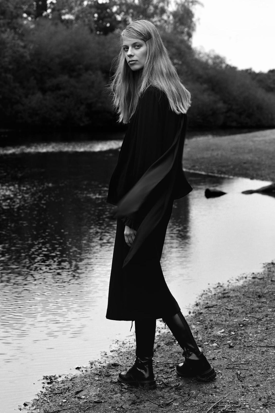 γυναίκα με φόρεμα από τη νέα συλλογή Zara