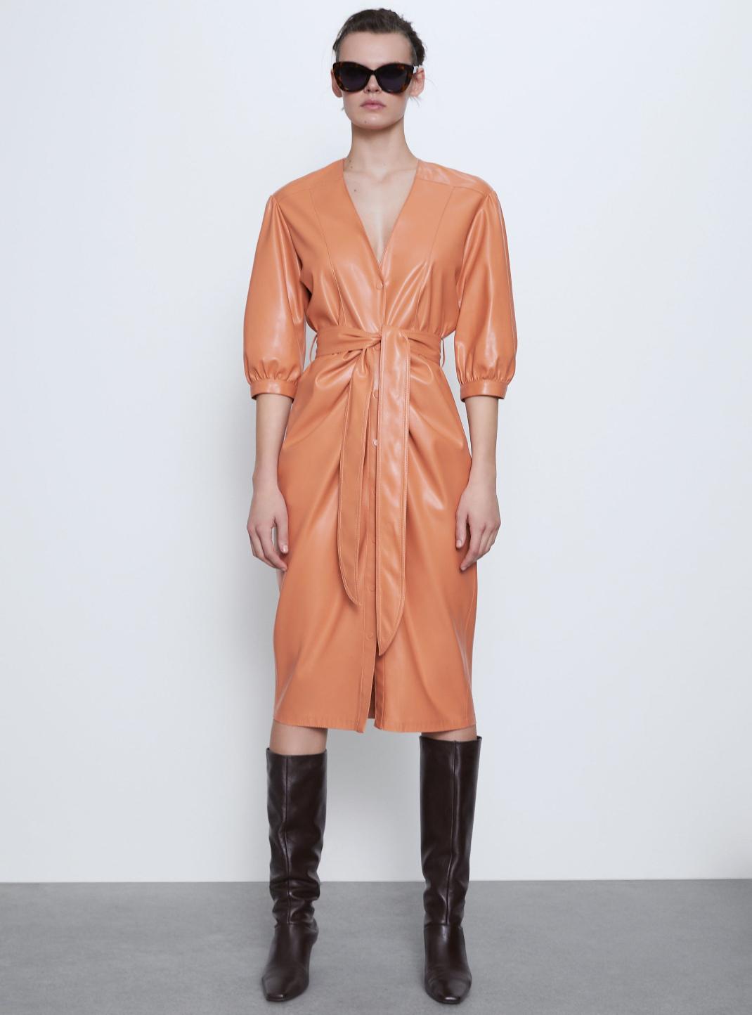 μοντέλο με δερμάτινο φόρεμα Zara