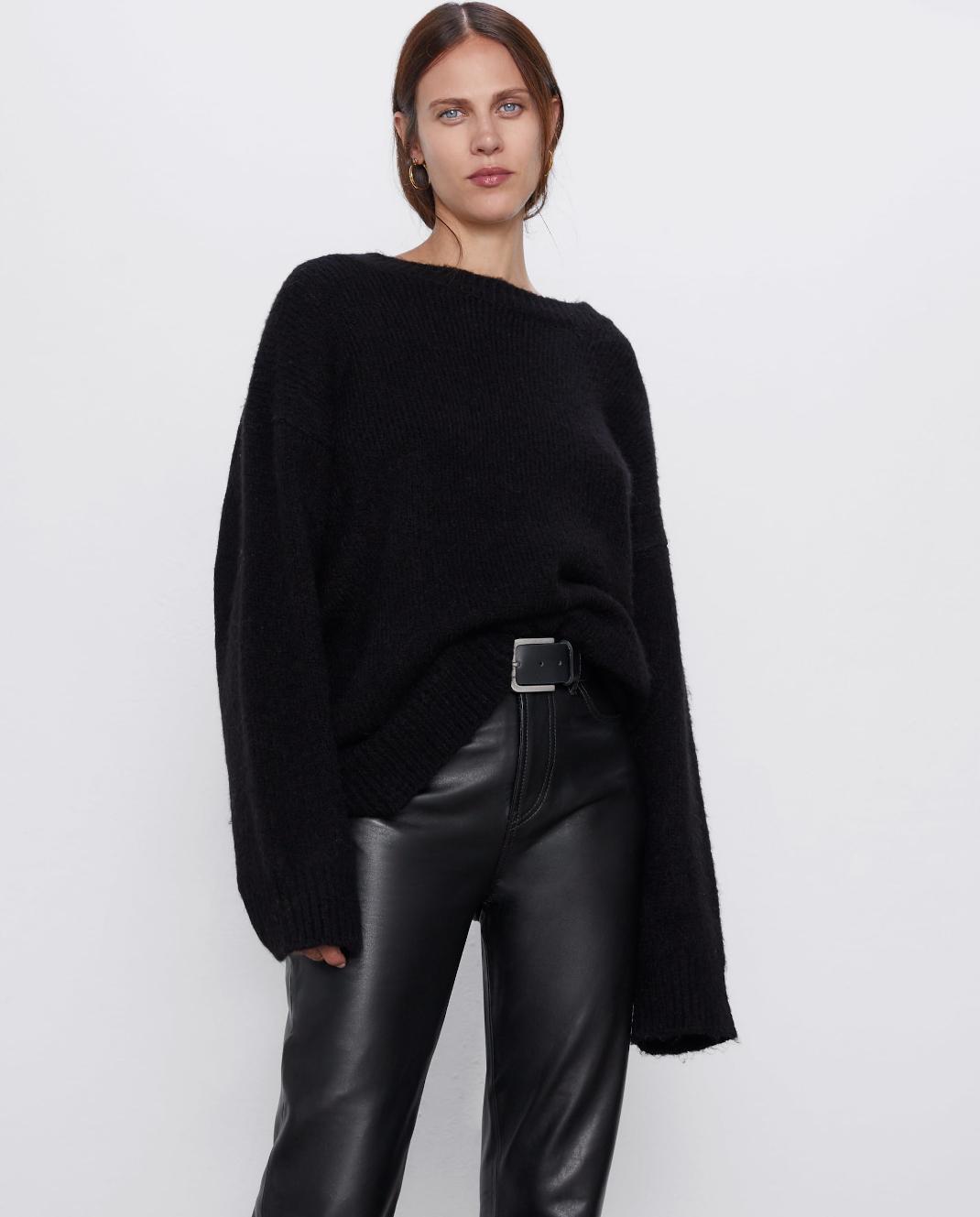 μοντέλο με πουλόβερ Zara