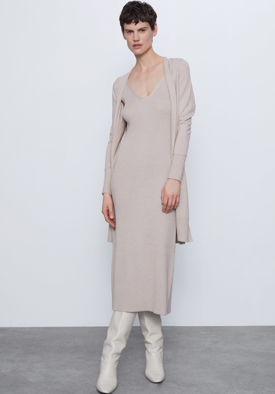 μοντέλο με πλεκτό φόρεμα