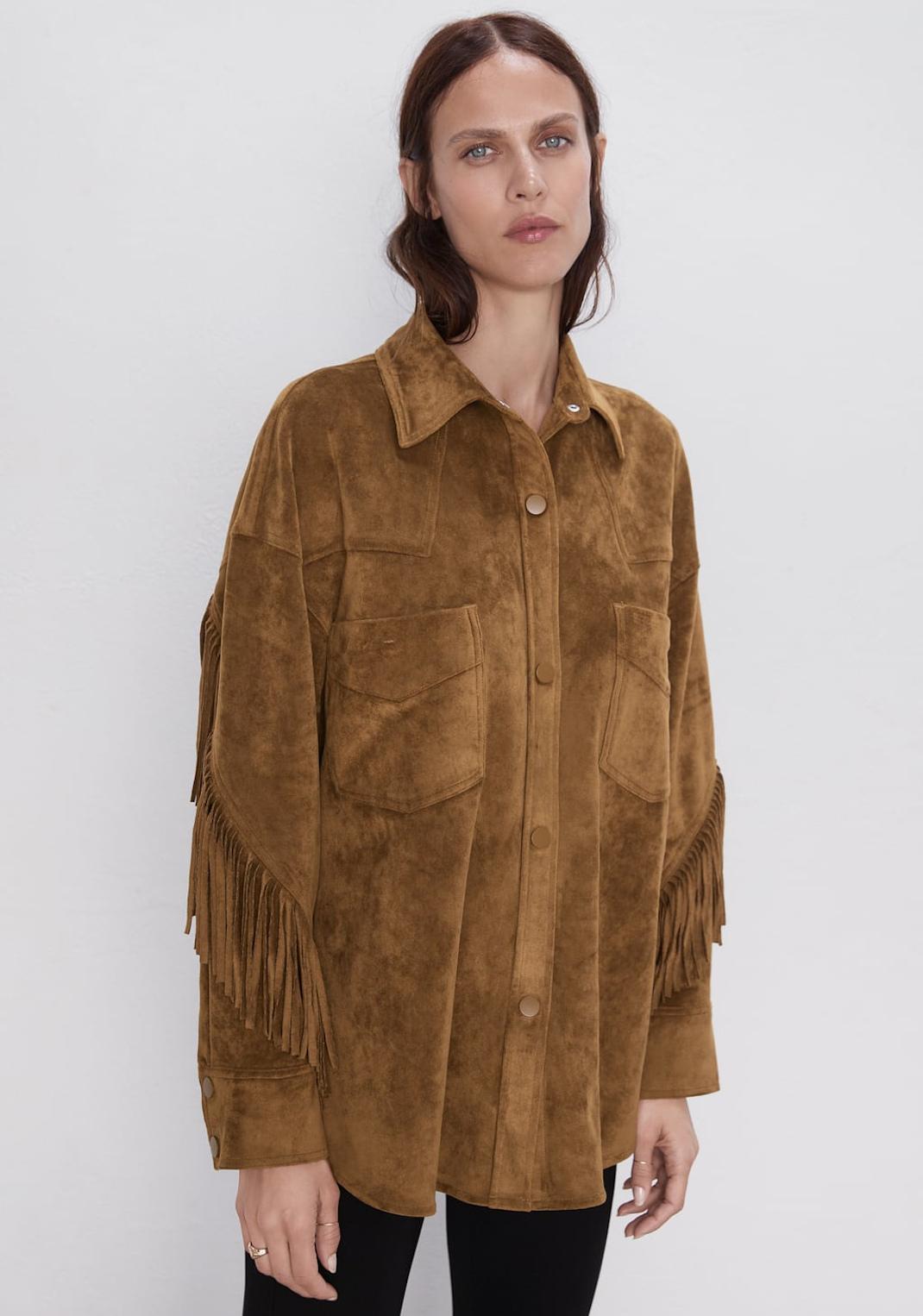 γυναίκα φορά πανωφόρι με κρόσσια Zara