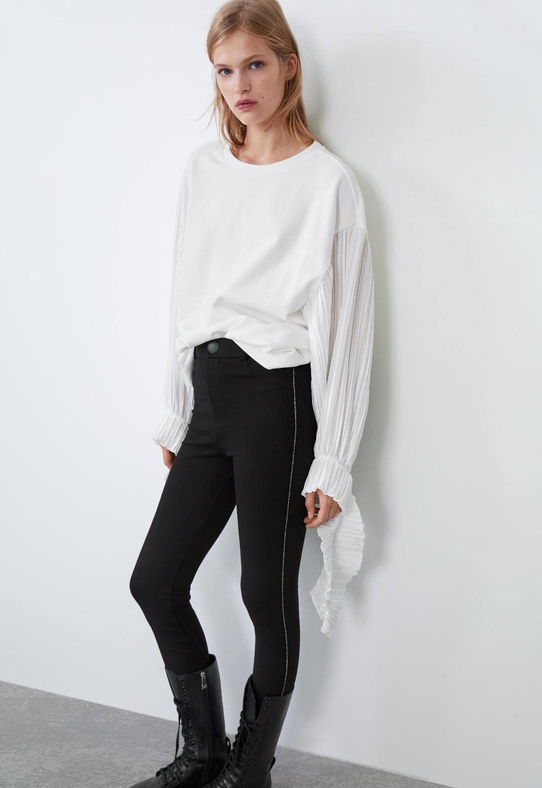 μοντέλο με μαύρο κολάν Zara