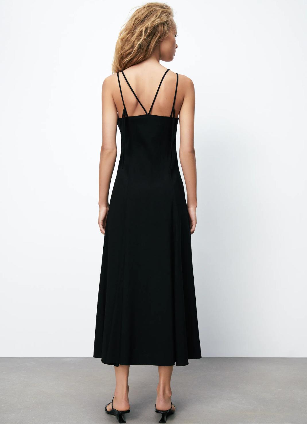 γυναίκα με μαύρο φόρεμα