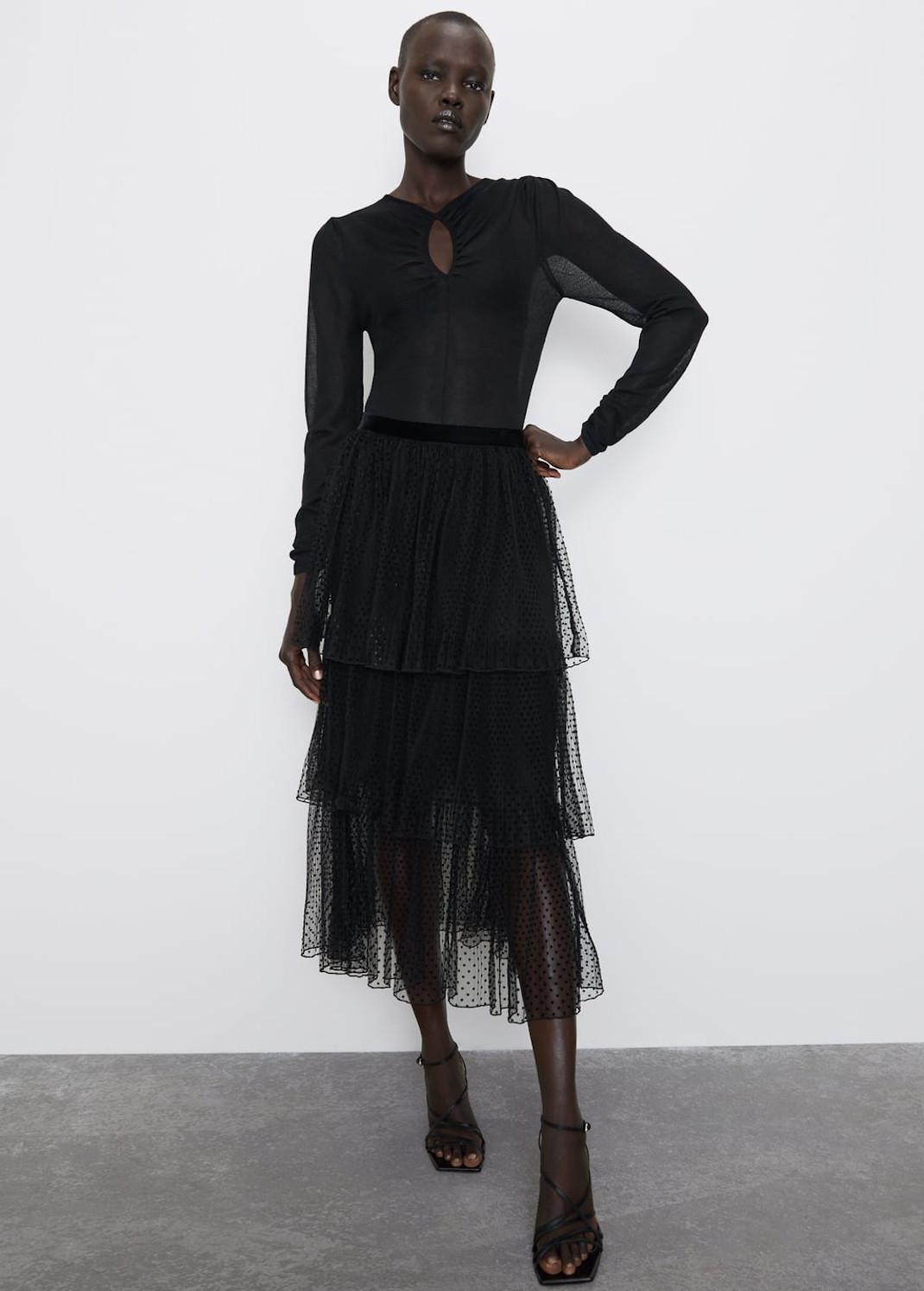γυναίκα με φούστα από τη νέα συλλογή Zara