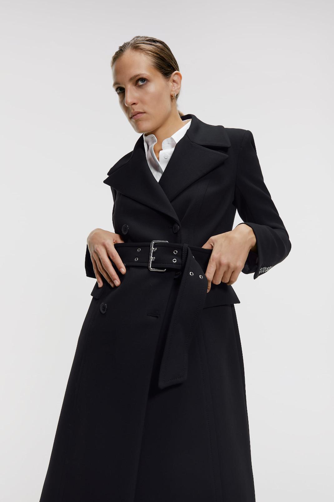 γυναίκα με παλτό από τη νέα συλλογή Zara