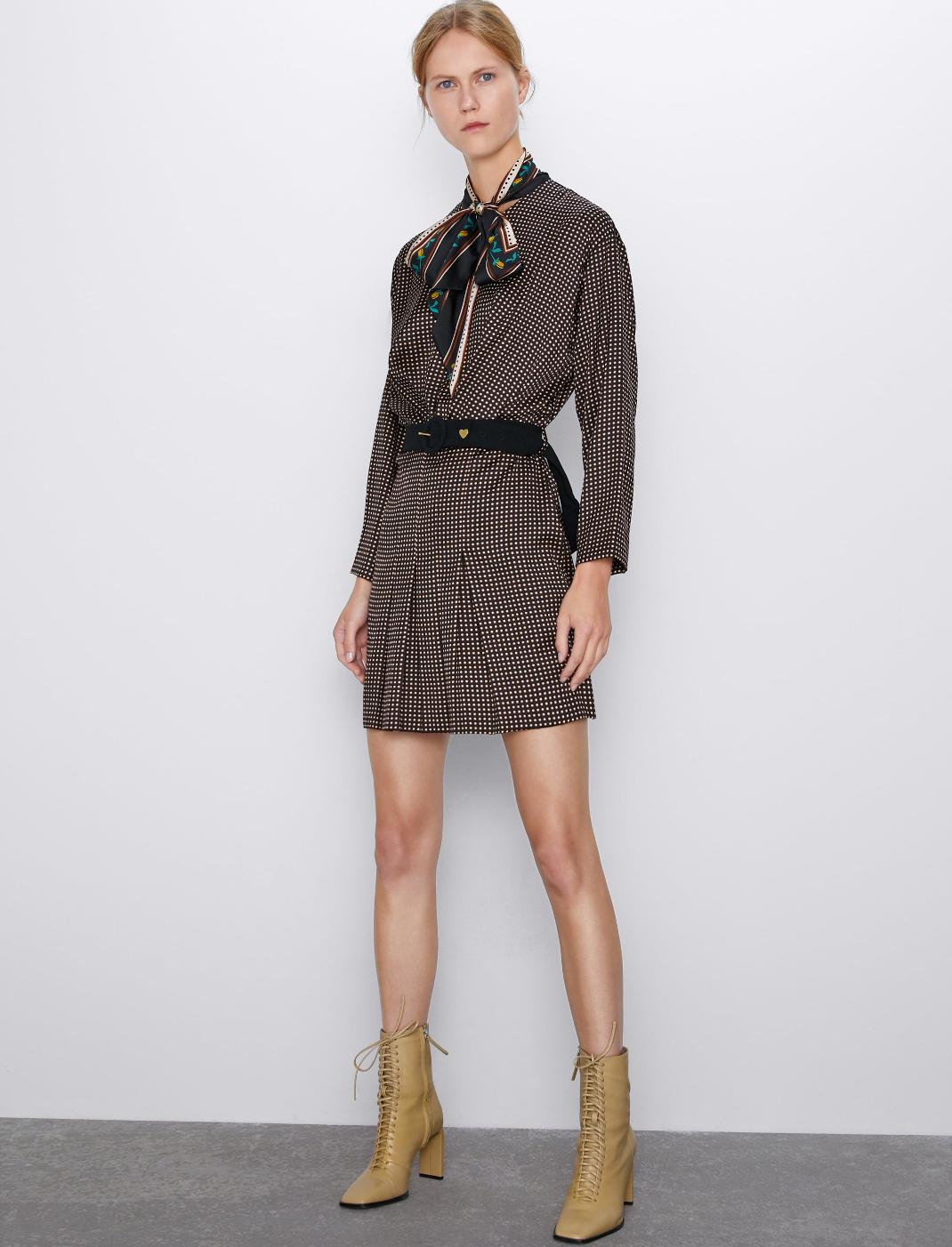 μοντέλο με φόρεμα Zara
