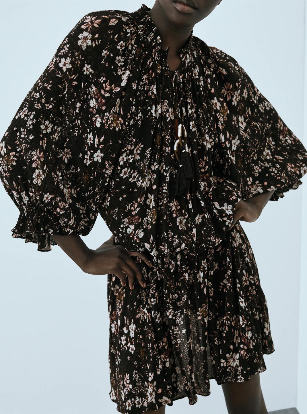γυναίκα με μίνι φόρεμα