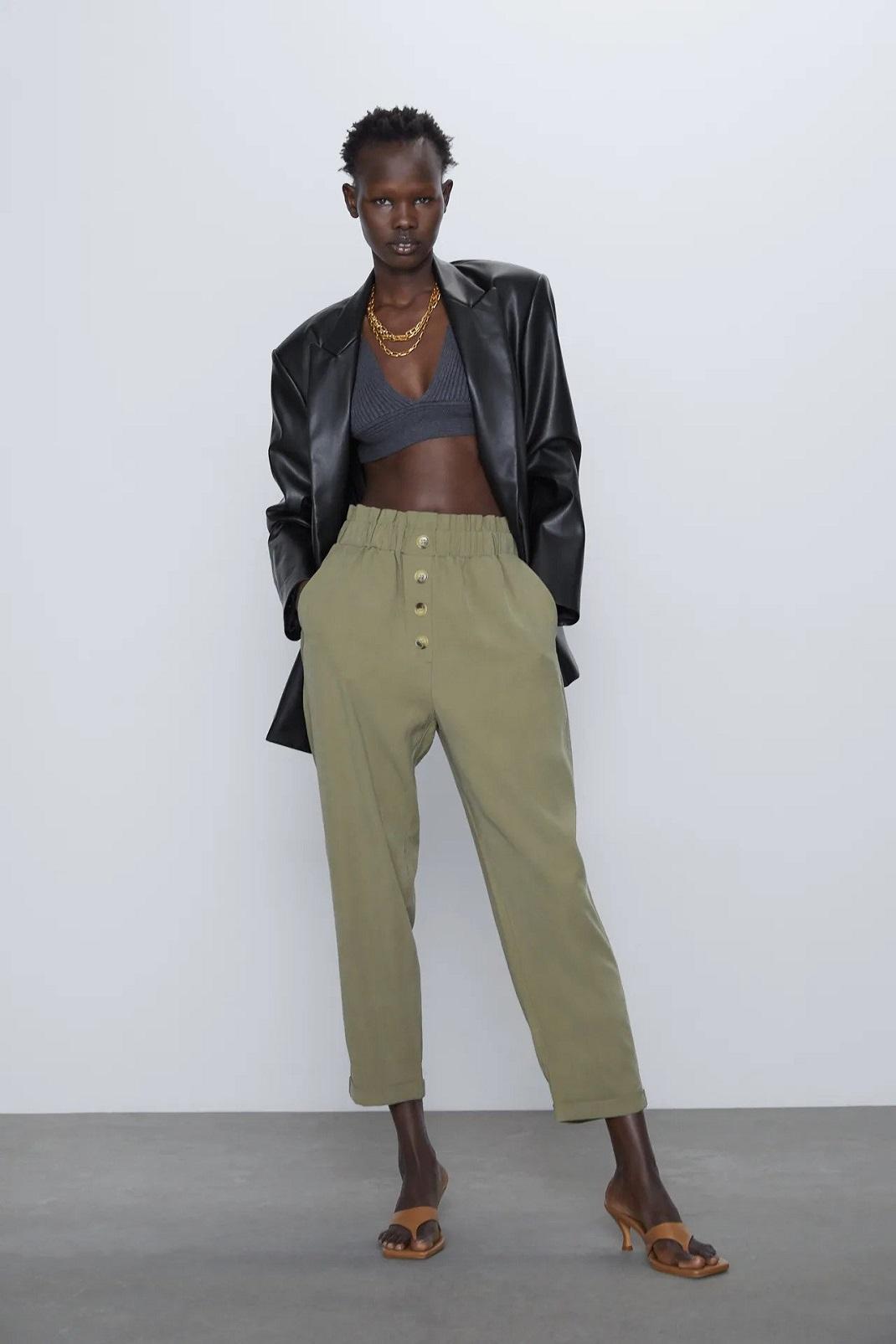 μοντέλο φορά παντελόνι zara