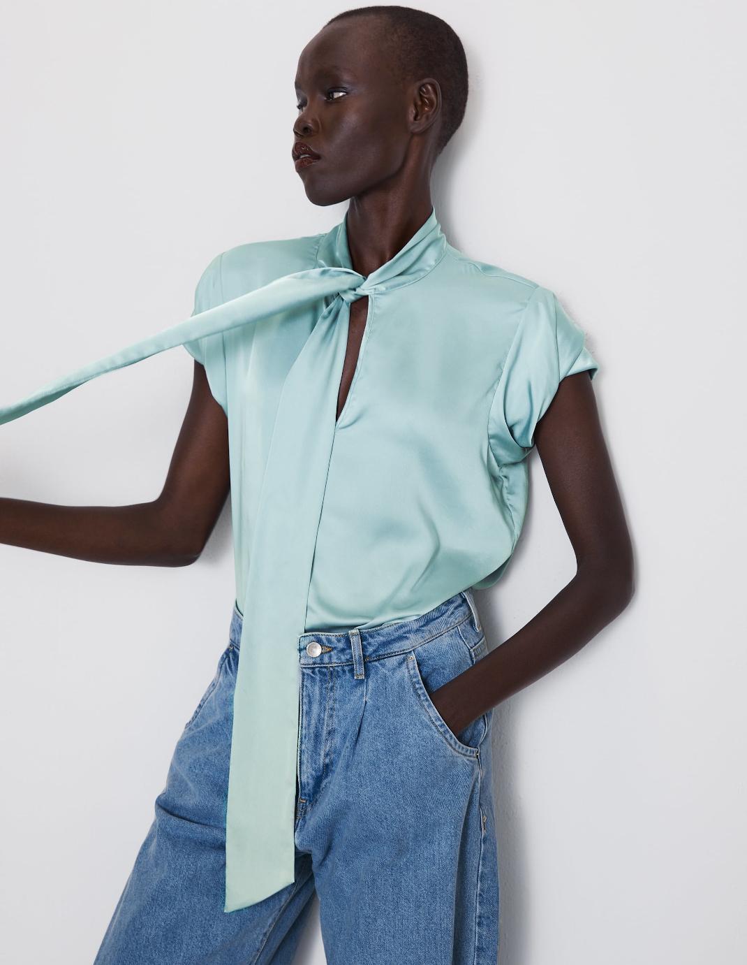 μοντέλο με πουκάμισο Zara