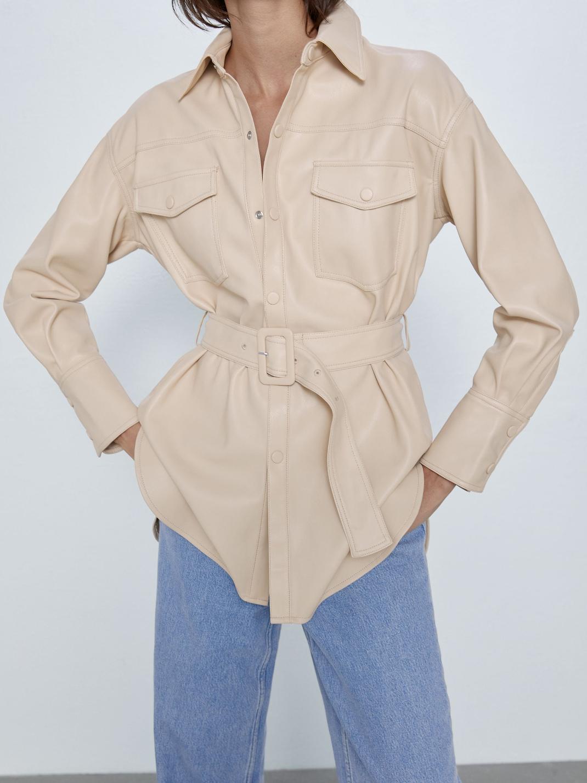 μοντέλο με δερμάτινο πουκάμισο Zara