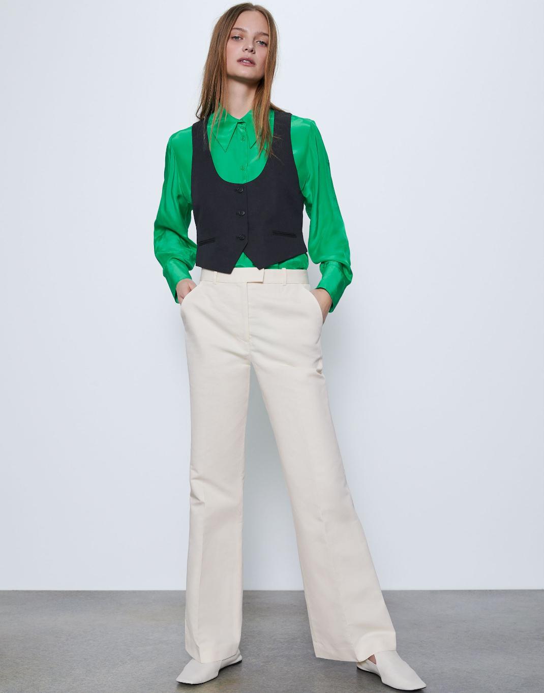 μοντέλο με πουκάμισο και κοστούμι Zara