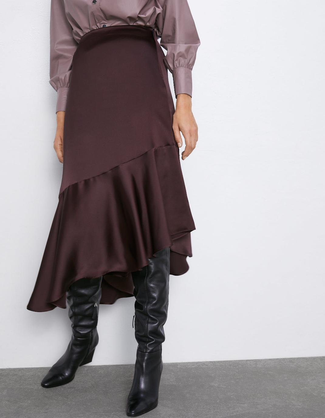 γυναίκα με σατέν φούστα Zara
