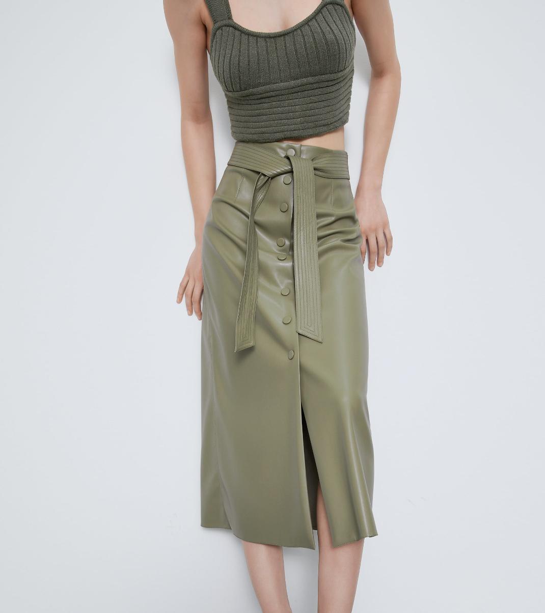 μοντέλο με δερμάτινη φούστα Zara