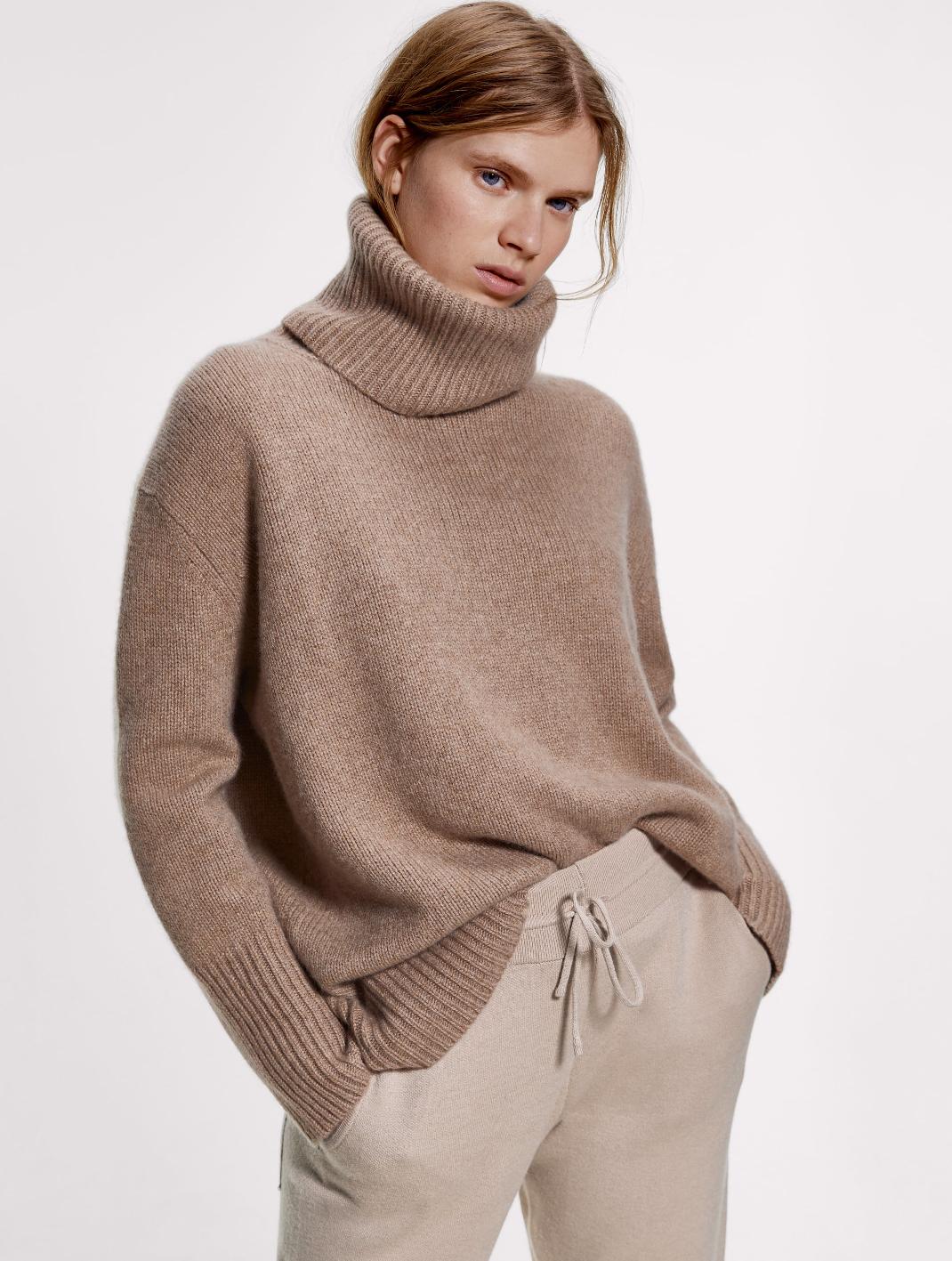 γυναίκα με πουλόβερ Zara