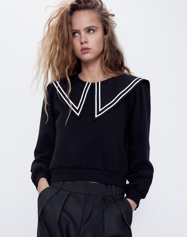μοντέλο με ασπρόμαυρο πουλόβερ
