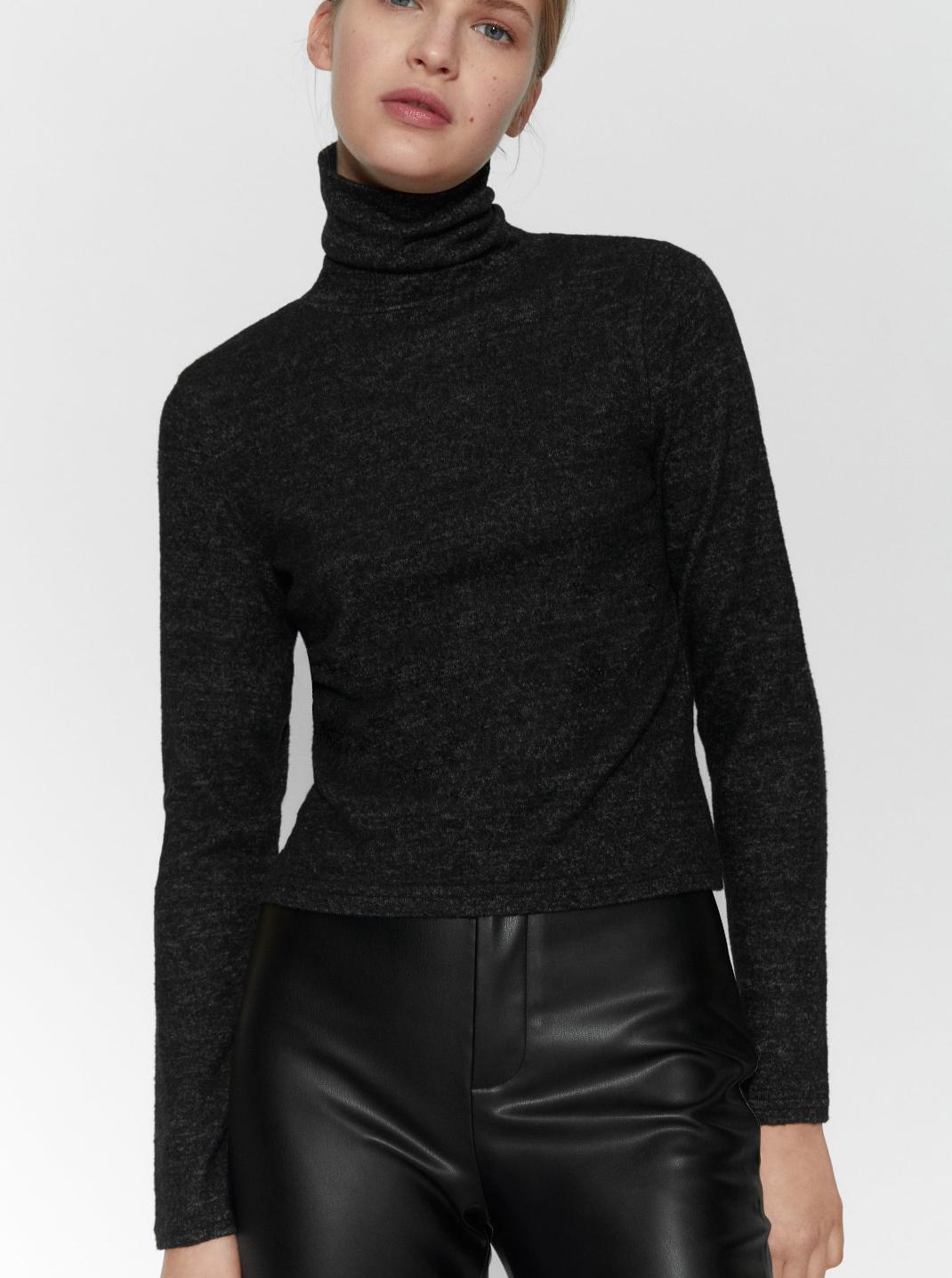 γυναίκα με μαύρο τοπ Zara