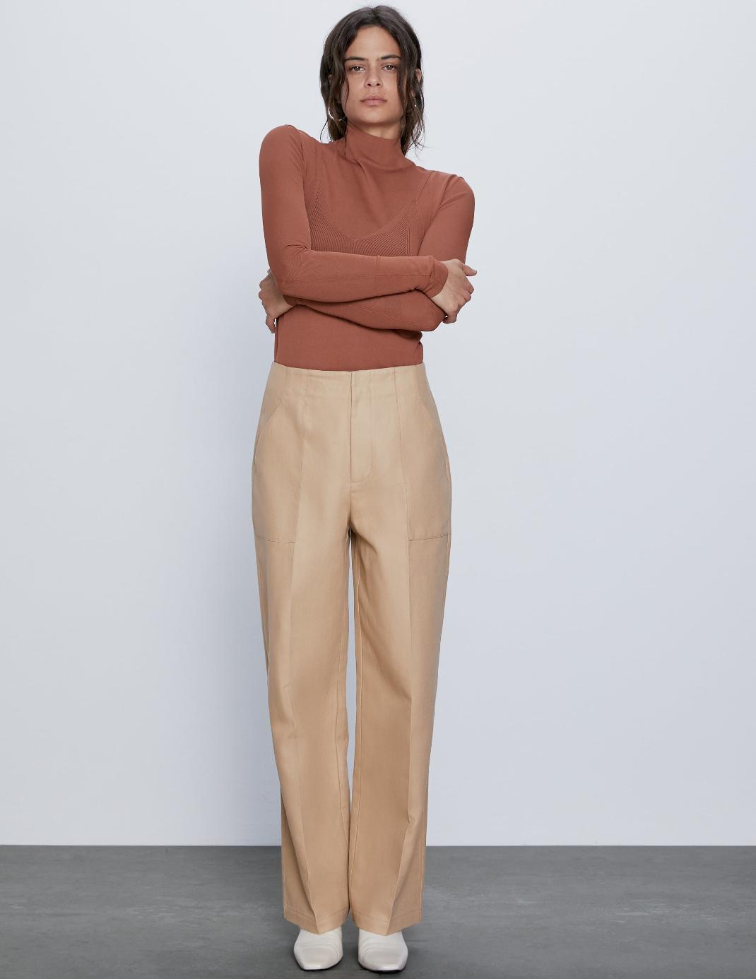 μοντέλο με παντελόνι Zara