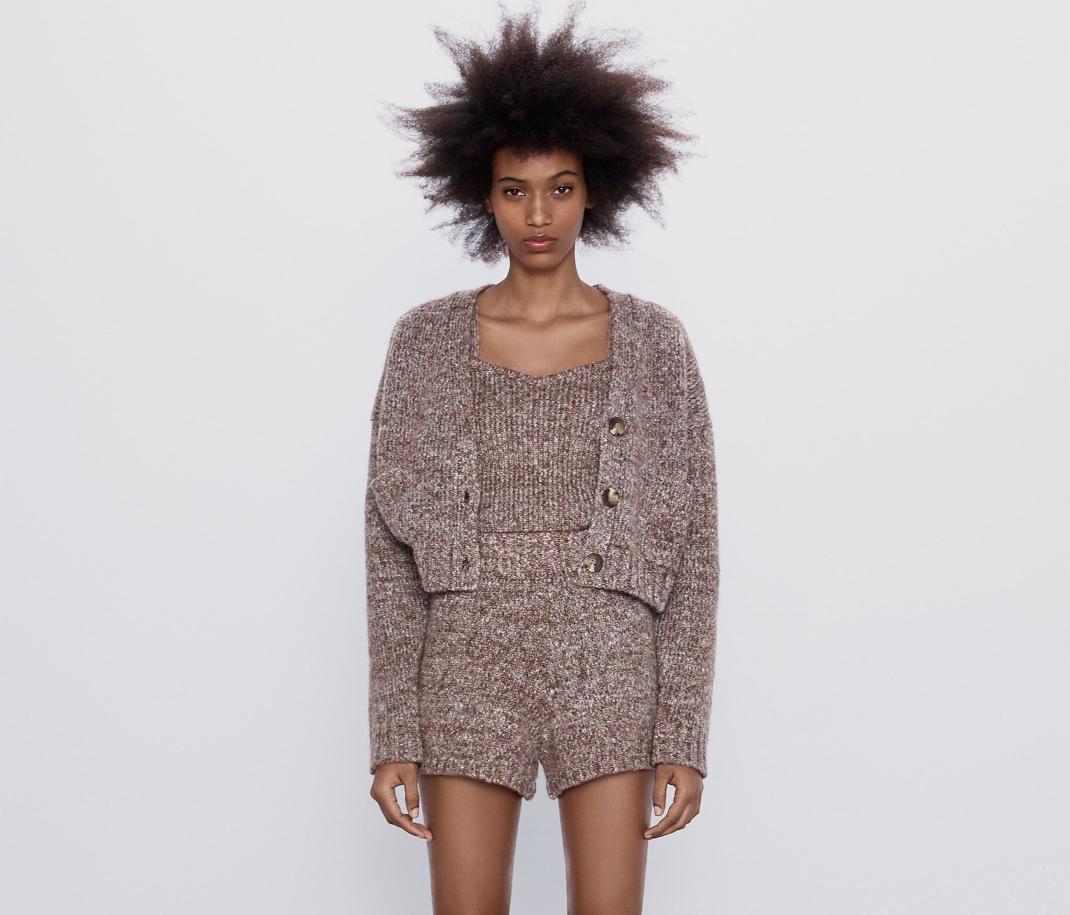 μοντέλο με ζακέτα και τοπ Zara