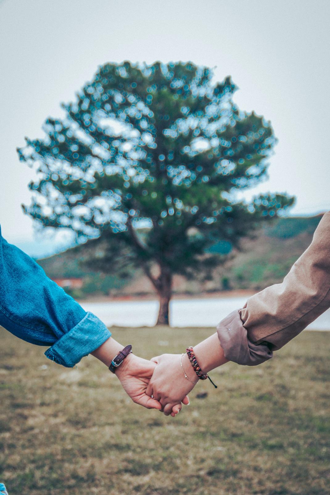 Οι 6 ζωδιακοί συνδυασμοί που έχουν έντονο συναισθηματικό δέσιμο