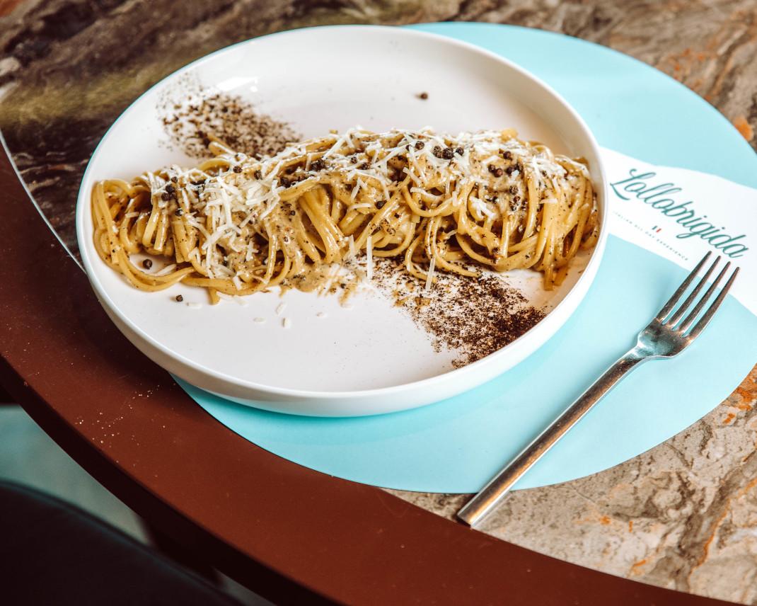 Ιταλικό πιάτο με μακαρόνια σε τραπέζι
