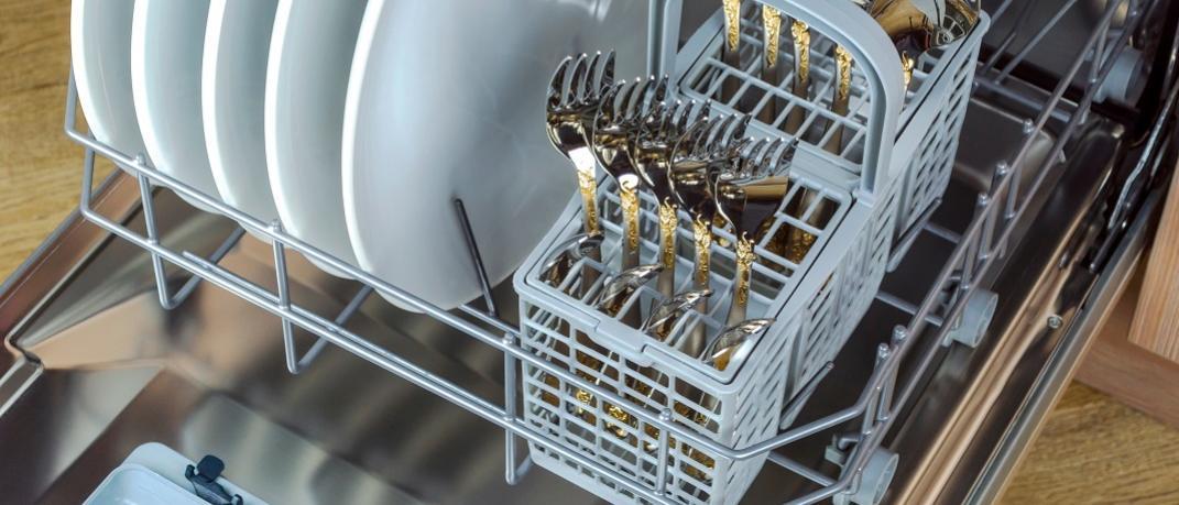 Πιρούνια και κουτάλια σε πλυντήριο πιάτων