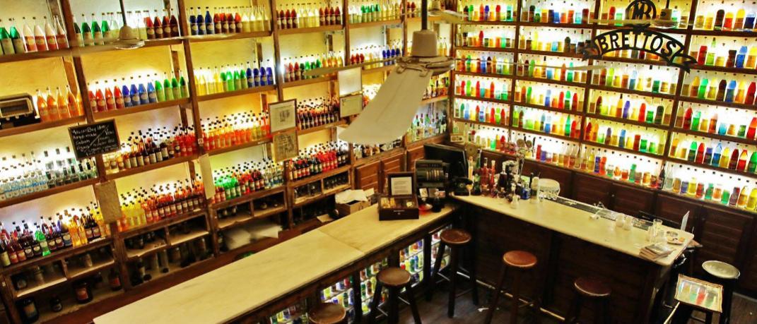 Στο εσωτερικό του μπαρ Βρεττός στην Πλάκα