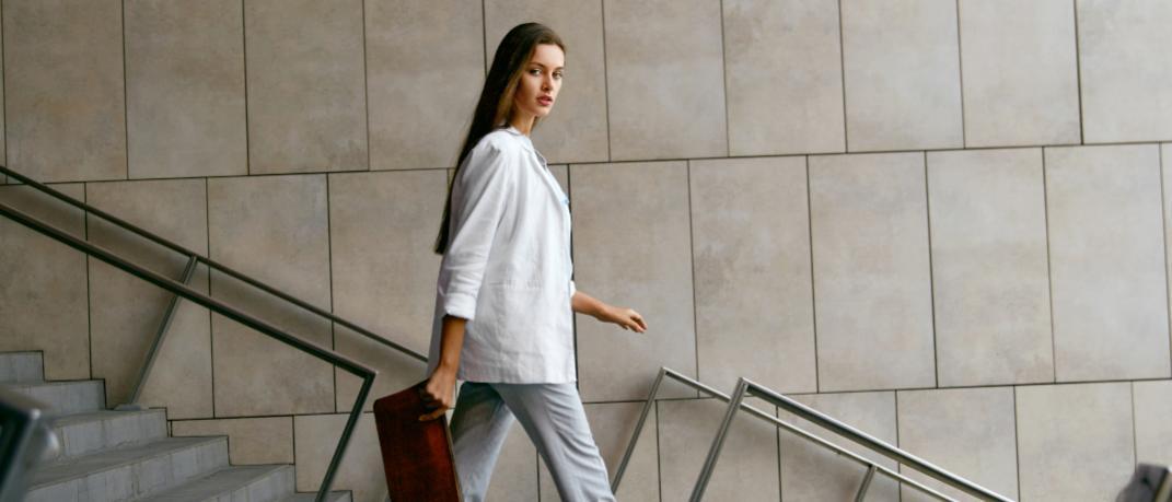 Γυναίκα με λευκό σακάκι