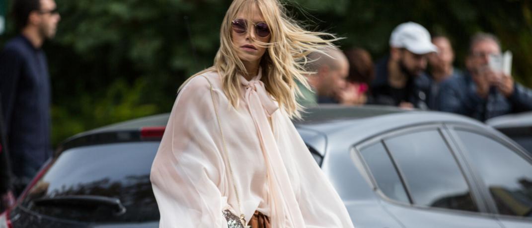 γυναίκα με πουκάμισο και γυαλιά στην εβδομάδα μόδας