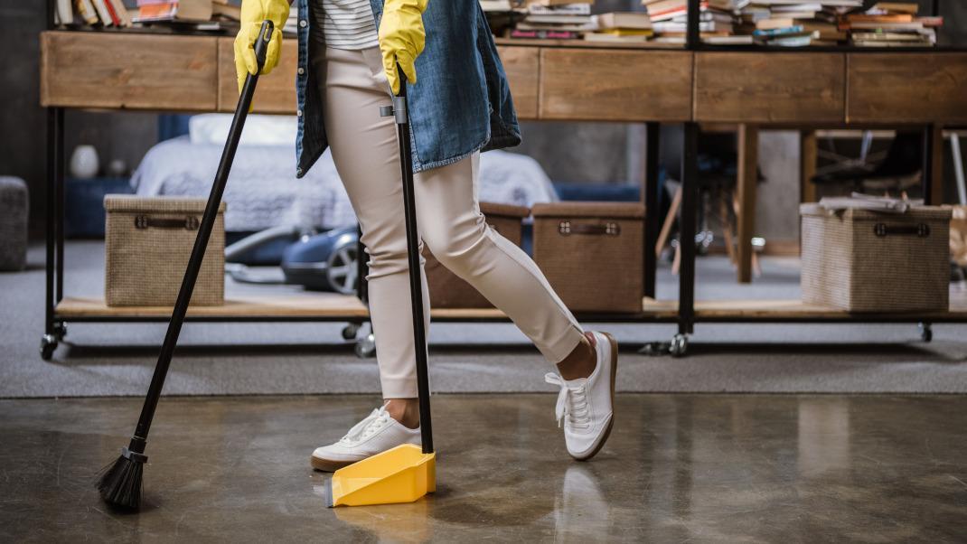 Γυναίκα σκουπίζει
