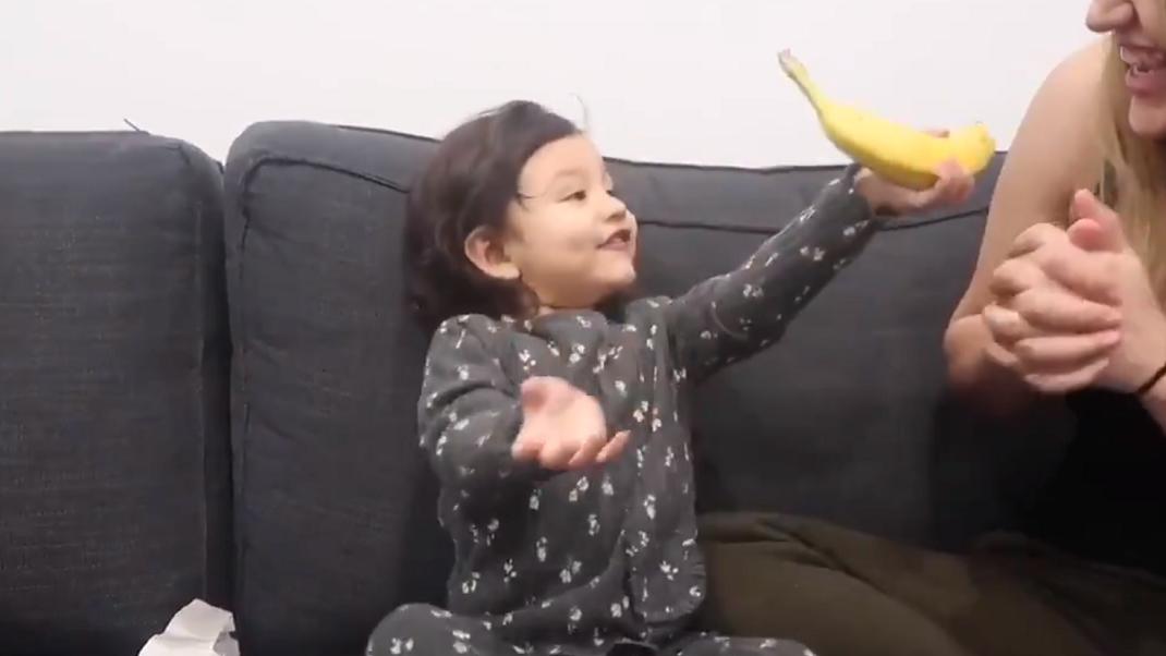 Κορίτσι κρατά ενθουσιασμένο μια μπανάνα και γίνεται viral