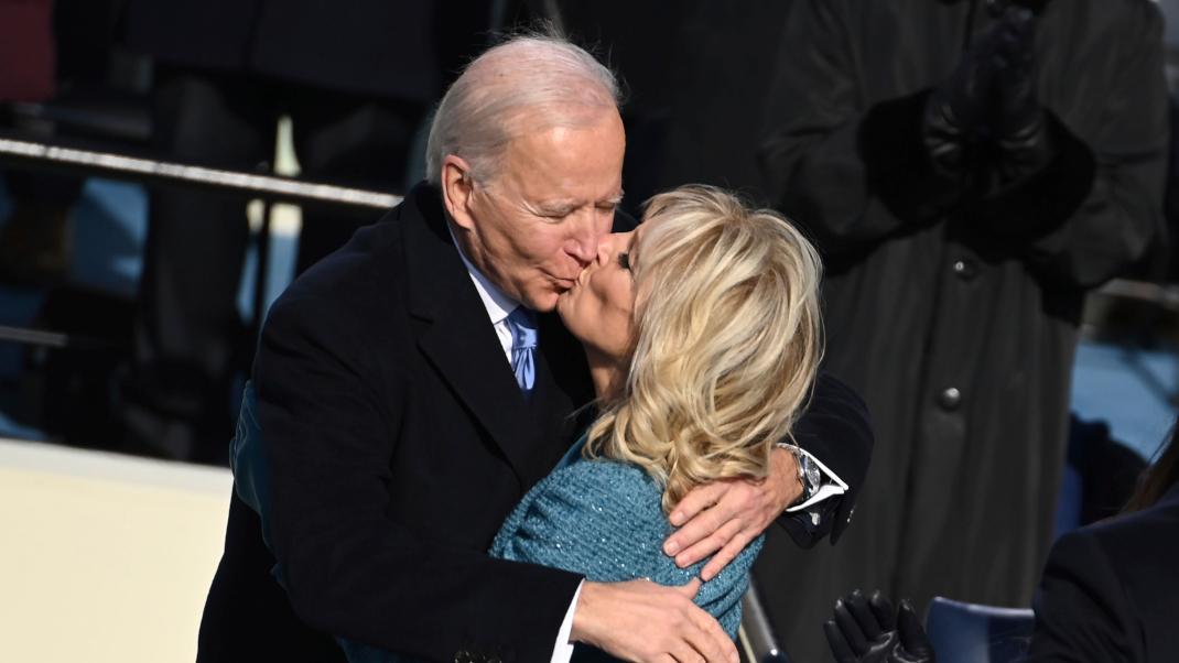 Μπάιντεν και σύζυγος φιλί